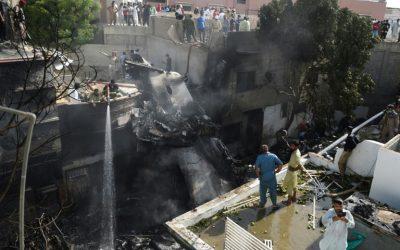 ¡LAMENTABLE! Un avión se estrelló en Pakistán con 98 personas a bordo (FOTOS)