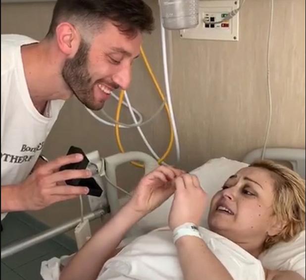 ¡CONMOVEDOR! Le pidió matrimonio a su pareja hospitalizada por cáncer y dos días después ella murió