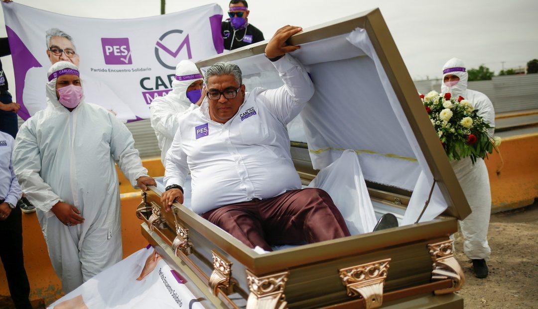 Político mexicano aspirante a diputado arrancó su campaña dentro de un ataúd