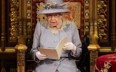 La reina Isabel se reincorpora a la vida política tras la muerte de su esposo